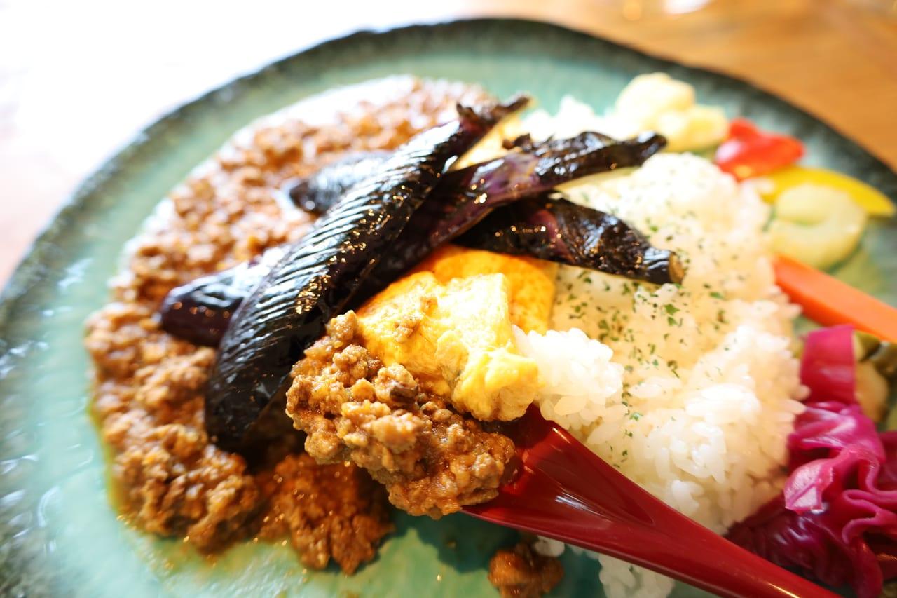 揚げナスがダイナミック!夏に食べたい『NiNiGi CAFE(ニニギカフェ)』のキーマナスカレー
